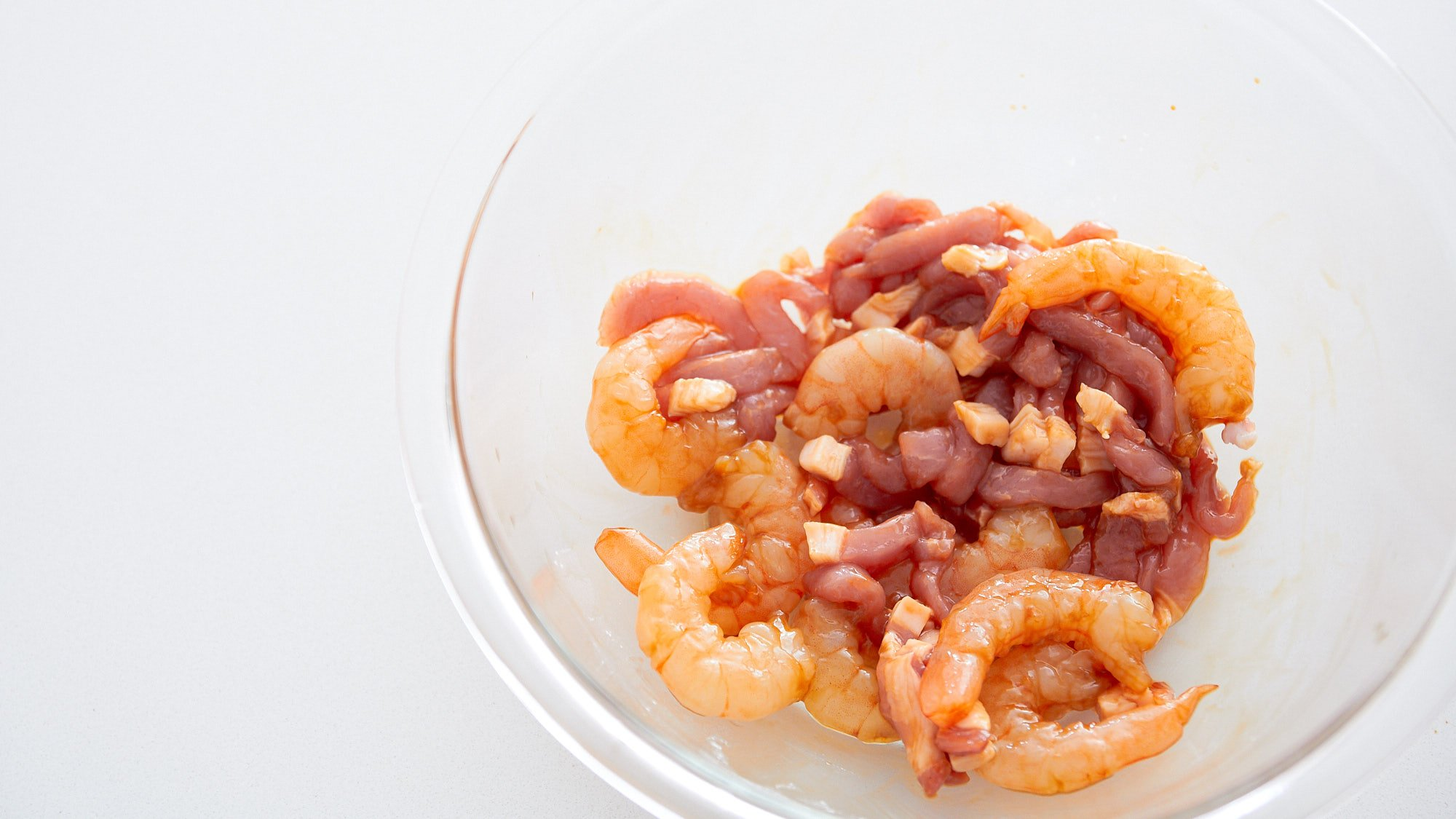 Marinate the shrimp and pork in Shaoxing and soy sauce.