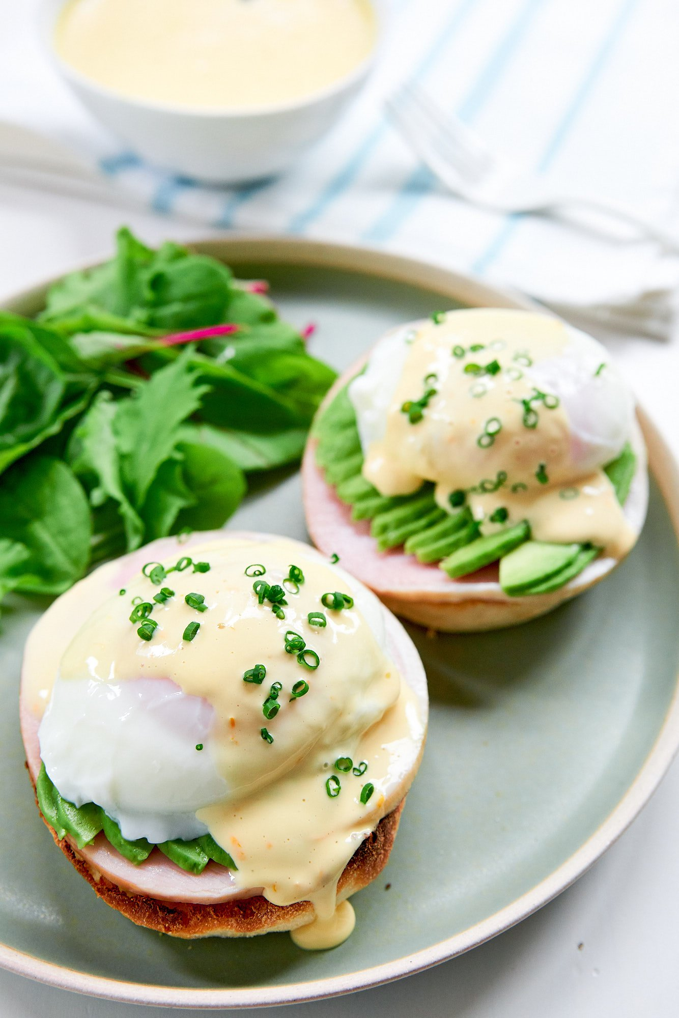 The best Eggs Bendict recipe ever with ham, avocado a poached egg and Hollandaise. The perfect idea for a brunch party.