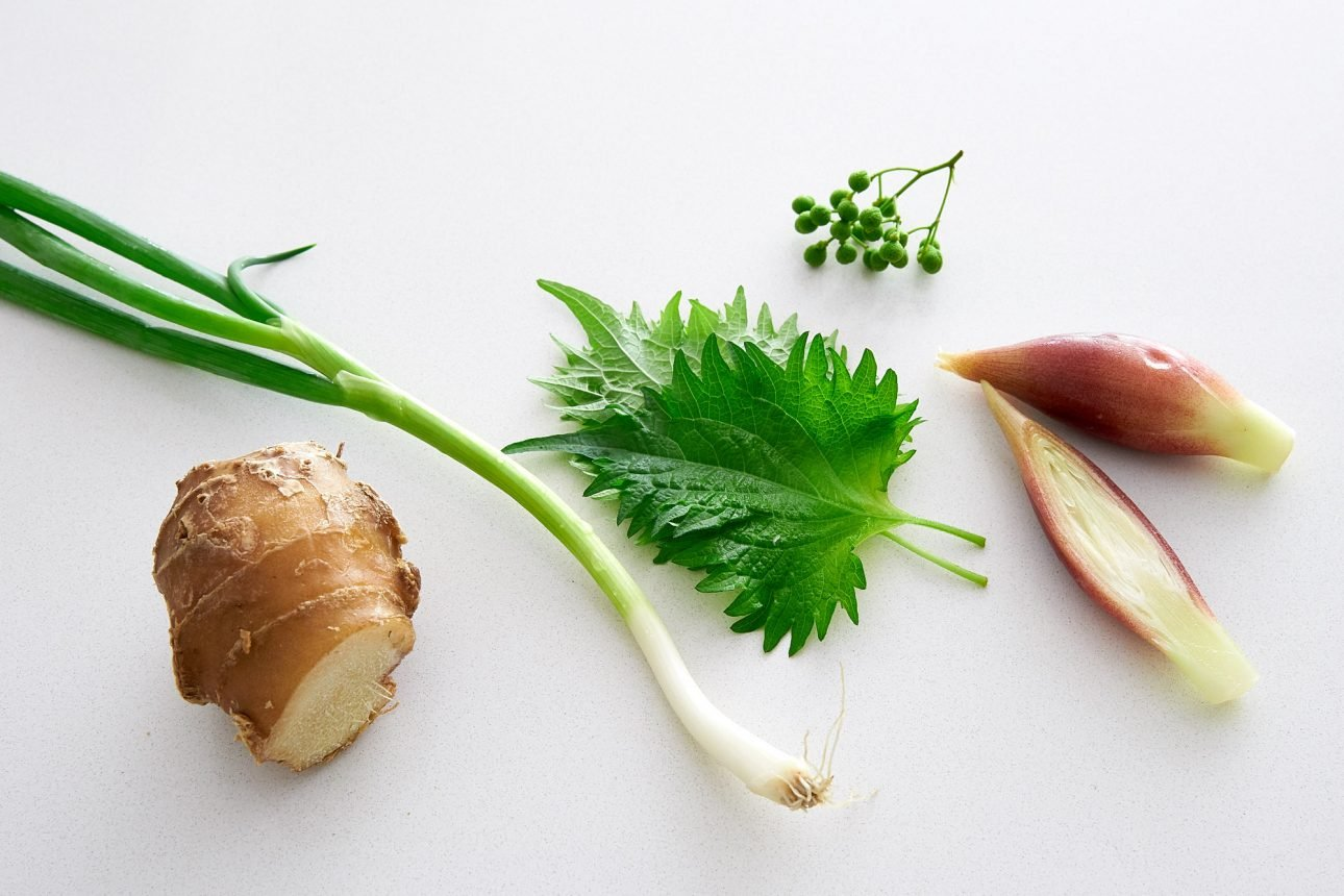 Yakumi (condiments) such as ginger, scallions, shiso, sansho and myoga are added to the dipping sauce for somen noodles.