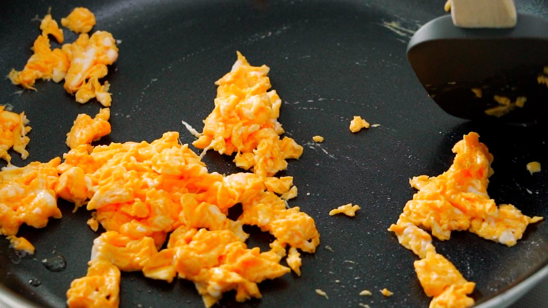 Scrambling eggs for Singapore Noodles.