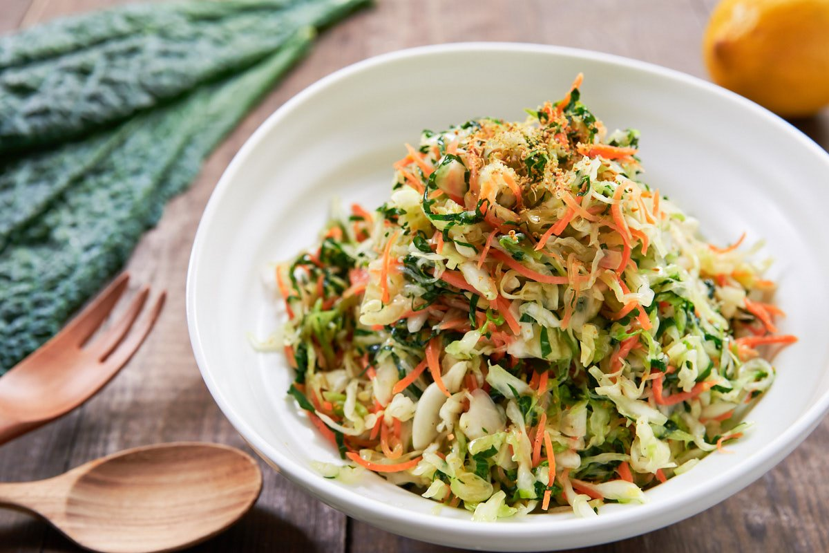 With kale, cabbage, and carrots dressed in a lemony fennel vinaigrette, this healthy coleslaw is easy and delicious!