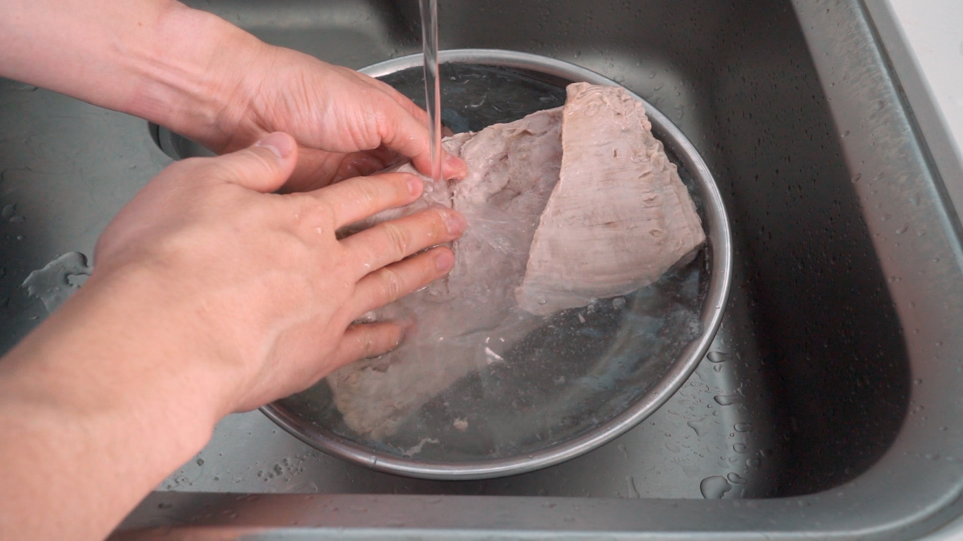 Rinsing pork belly with cold water.