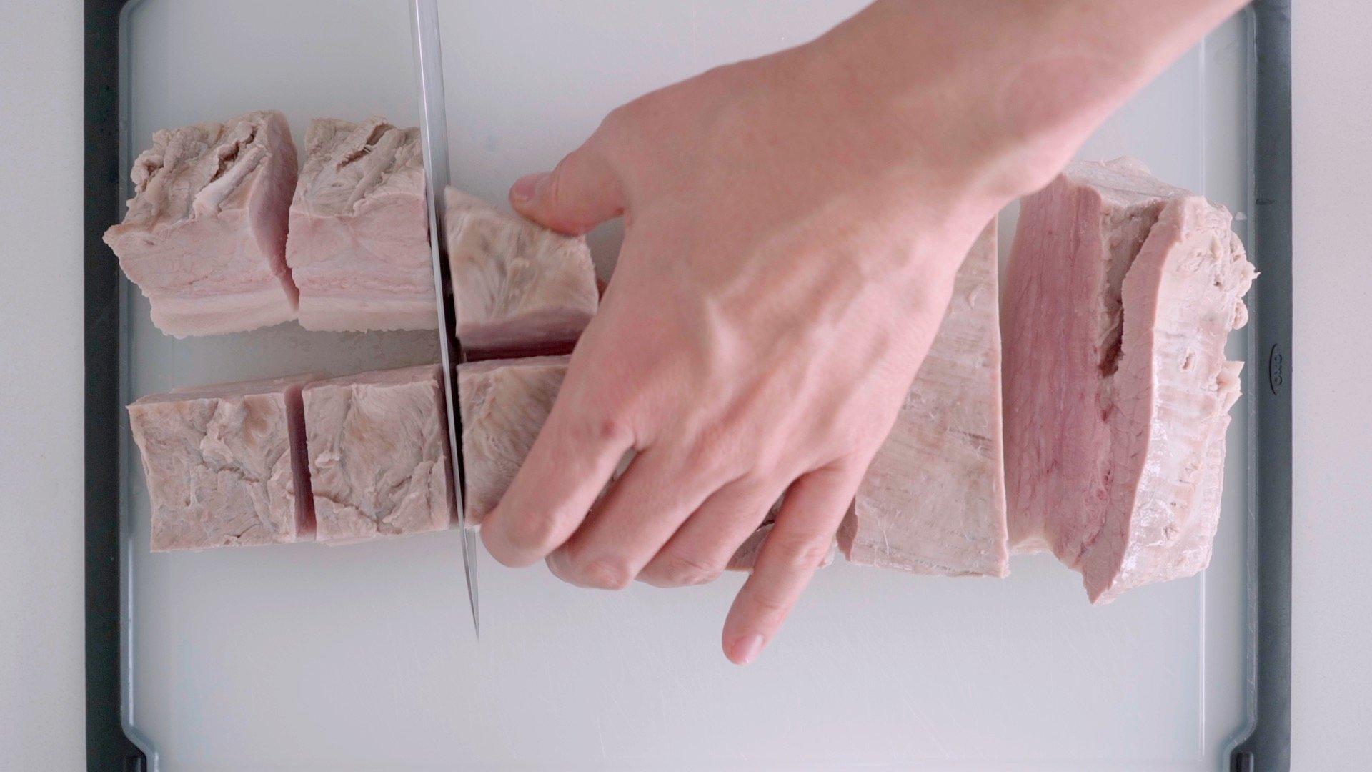 Cutting par-boiled pork belly for Kakuni.