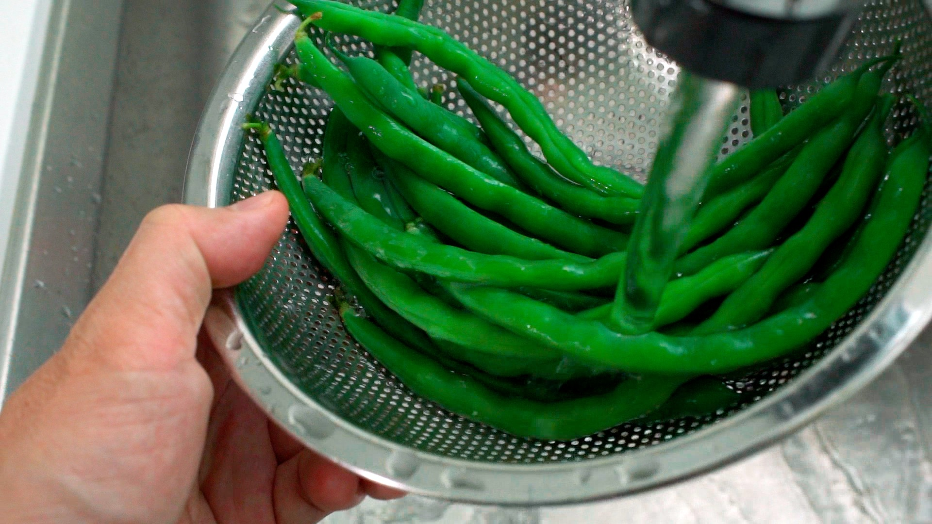 Chilled blanched green beans.