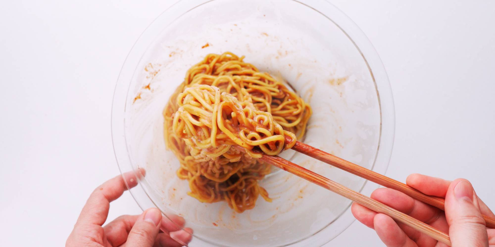 Tossing noodles with garlic sauce.